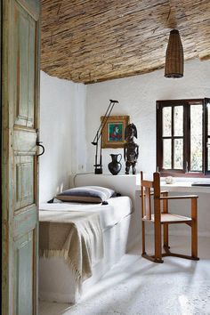 Rustic Bedroom Furniture Ideas to Get Farmhouse Charm - Best Home Remodel Home Bedroom, Bedroom Decor, Bedroom Furniture, Bedroom Ideas, Master Bedroom, Asian Bedroom, Bedroom Cabinets, Rustic Italian Decor, Stil Rustic