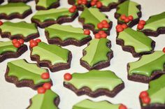 Christmas holly cookies Chocolate Cookies, Sugar Cookies, Cute Christmas Cookies, Christmas Is Coming, Zebras, Decorated Cookies, Baking Ideas, Cookie Decorating, Christmas Decorations