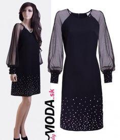Krásne, elegantné a trendy krátke čierne spoločenské šaty so šifónovými dlhými rukávmi, zdobené bielymi gorálkami v podobe perličiek na manžetách rukávov a v spodnej časti šiat.-trendymoda.sk