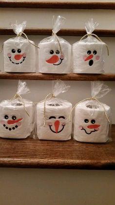Crea sencillos y pequeños obsequios navideños con forma de muñeco de nieve. Cualquiera de estos detalles resultan muy fáciles y económicos:...