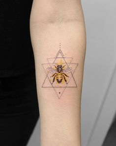 Regardless of what tattoo style you're looking for, Deborah Genchi will have you covered. You'll fall in love with her incredibly versatile tattoos. Mini Tattoos, Body Art Tattoos, Small Tattoos, Sleeve Tattoos, Tattoo Sleeves, Tatoos, Honeycomb Tattoo, Bumble Bee Tattoo, Honey Bee Tattoo