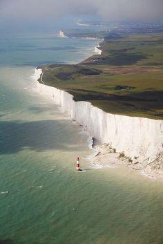 De witte klifkust van Dover.   Hier breekt de zee met elke golfslag een klein stukje meer van de kust af (deze vorm van erosie heet abrasie). Vroeger liepen de heuvels gewoon door, maar doordat de zee telkens een stukje verder ondergraaft, stort op den duur een stuk van de klif in. Groot Brittannië krimpt dus!
