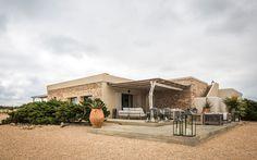Formentera è una piccola isola delle Baleari, famosa per il suo mare e per le sue spiagge di sabbia finissima. Negli anni '60 ha vissuto un primo sviluppo turistico da parte di persone che ne apprezzavano la natura incontaminata e lo stile di vita informale. A quel periodo risalgono molte costruzioni caratterizzate da tecnologie costruttive [...]
