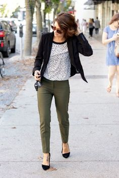 khaki pants dotted shirt and chic blazer create adore outfit for work Please take a look at the best casual attire for the office and get ideas to create your own business casual style. So simple outfit ideas to wear and so chic, we love all of them. Casual Office Attire, Work Casual, Dress Casual, Office Uniform, Casual Summer, Casual Fall, Casual Office Outfits Women, Casual Office Fashion, Outfit Office