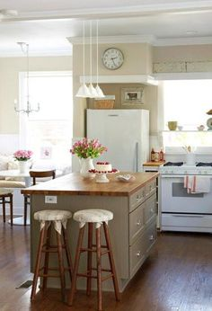 You have got a small kitchen, we've got ideas to make it better - including tips, pictures, and storage solutions. Look out design inspiration from these awesome small kitchen design ideas. Eat In Kitchen, Kitchen On A Budget, Kitchen Dining, Kitchen Decor, Kitchen Ideas, Cozy Kitchen, Kitchen Designs, How To Decorate Kitchen Island, Dining Area
