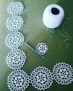 SARDIRMALI PEÇETE DANTELİ TARİFİ VE TIĞ ÖRGÜLER | Nazarca.com Crochet Squares, Crochet Motif, Crochet Doilies, Easy Crochet, Crochet Flowers, Crochet Hooks, Crochet Stitches Patterns, Doily Patterns, Knitting Patterns