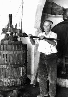 A grandfather making wine Big Bottle Of Wine, Wine And Beer, Italian Wine, Vintage Italian, Vintage Photographs, Vintage Photos, Italian Vineyard, Napa Style, Wine Press