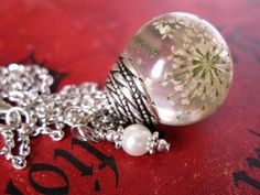 Beautiful Queen Anne's Lace Resin Pendant Necklace door ScrappinCop, $15.00