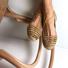 Retour à l'atelier Ball Pagès. La nouvelle couleur du modèle Calada P est déjà disponible sur le Web en édition numérotée et limitée. Gold High Heel Sandals, Pointed Toe Flats, Brown Leather Loafers, Leather Sandals, Fashion Bags, Fashion Shoes, Bohemian Sandals, Knit Shoes, Chelsea Ankle Boots