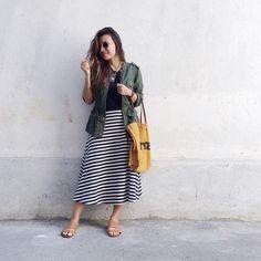 Look básico com saia listrada e parka verde militar. Casual look.