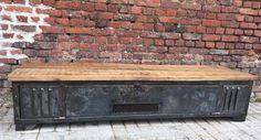 Très joli meuble TV industriel réalisé à partir d'un vestiaire en métal riveté des années 50. Entièrement restauré. Nous lui avons conservé sa magnifique patine bleu/ grise. Ouverture avec grillage effectué au centre du casier afin de pouvoir utiliser votre matériel hi-fi sans problème. Plateau en chêne massif ancien. <span class=