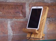 Wooden docking station, reclaimed wood iphone stand, rustic phone stand, industrial office desk accessories, gift for your coworker - Sujeta Movil - Iphone S6 Plus, Iphone Phone, Industrial Office Desk, Wood Phone Stand, Iphone Docking Station, Gifts For Colleagues, Support Telephone, Iphone Holder, Diy Iphone Stand