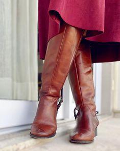 """Estilo da Flá on Instagram: """"Você já pensou 💭 em combinar aquela bota 👢 sem salto cano ato com uma bela saia midi? O truque  aqui é criar o look com cores similares…"""""""