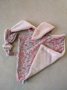 Sewing Baby Clothes, Sewing Toys, Baby Sewing, Doll Clothes, Shabby Chic Quilt Patterns, Shabby Chic Quilts, Couture Bb, Tag Blanket, Diy Bebe