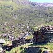 """Goutets  Ce sentier permet la découverte du  village des """"Orris"""" (cabanes de bergers) de Goutets qui a été récemment restauré et qui constitue un patrimoine bâti protégé exceptionnel.  Temps de marche (Aller/retour): 3h30"""