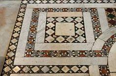 Pavimento cosmatesco del XII sec., tra la navata centrale della Basilica di Santa Maria Maggiore in Roma.