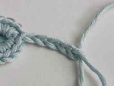 Tutoriales DIY: Cómo hacer una estrella decorativa a ganchillo vía DaWanda.com