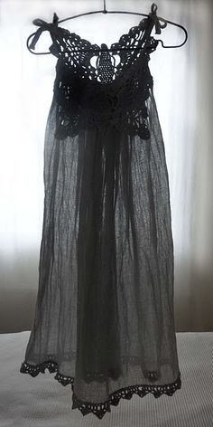 Dress from a scarf. not in english but the pics help. so perfect nightgown or over bathing suit . Crochet Clothes, Diy Clothes, Diy Fashion, Fashion Outfits, Fashion Black, Black Is Beautiful, Night Gown, Dress Up, Sheer Dress