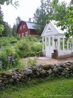 Sateenkaarentaa Haaveita ja Unelmia: Swedish greehouse with cool wood doors.