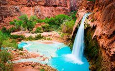 Lucky bastards die een bezoek aan de Grand Canyon op de agenda hebben staan, zetten maar beter even dit idyllische plekje op de planning (en zo niet, zet je het gewoon op je bucketlist): de Havasupai Falls.