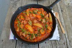 Tocanita de porc cu cartofi si sos de rosii - reteta simpla   Savori Urbane Romanian Food, Romanian Recipes, Ratatouille, Pork Recipes, Paella, Thai Red Curry, Carne, Health Fitness, Tasty