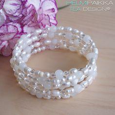 Valkoinen helmirannekoru Upea helmirannekoru erisävyisistä valkoisista makeanveden helmistä, lasihelmistä ja kristallihelmistä Rannekoru kieputetaan ranteeseen Rannekorussa ei ole lukkoa Rannekorun halkaisija on n. 6cm Näyttävä monirivinen helmirannekoru Pearl Necklace, Beaded Bracelets, Pearls, Jewelry, Fashion, Moda, String Of Pearls, Bijoux