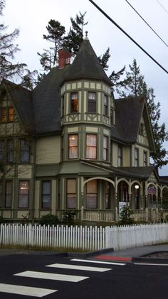 Over 30 Different Victorian Homes http://pinterest.com/njestates/victorian-homes/ Thanks to http://njestates.net/