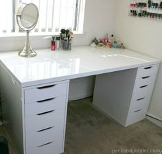 I would love to have this desk as a beauty station/office at home!