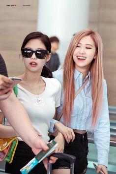 Jennie and Rose of Blackpink Yoonmin, K Pop, South Korean Girls, Korean Girl Groups, Jenny Kim, Park Chaeyoung, Jennie Blackpink, Blackpink Jisoo, Celebs