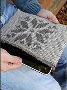 Kindle and iPad Covers - Free crochet Pdf pattern by Phyllis Serbes. Sizes: Kindle: tall x wide; iPad: tall x wide. In worsted weight yarn and hook. Crochet Ipad Cover, Crochet Case, Diy Crochet, Crochet Crafts, Tutorial Crochet, Yarn Projects, Crochet Projects, Knitting Projects, Knitting Patterns