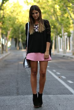 trendy_taste-look-outfit-street_style-fashion-moda-pink_skirt-falda_rosa-neopreno-black_booties-botines_negros-botines_madera-wooden_booties-black_top-top_negro-encaje-lace_top-silver_bag-bolso_plata-13
