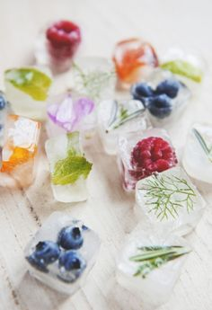 18 Clever Food Tips For Your Kitchen Eiswürfel – Cocktails and Pretty Drinks Summer Parties, Summer Drinks, Summer Party Foods, Wine Parties, Summer Desserts, Flavored Ice Cubes, Fruit Ice Cubes, Flowers In Ice Cubes, Fruit Cups