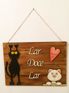 Placa em MDF medindo 36x26cm com pintura decorativa, pode ser utilizada como enfeite de porta ou como quadro decorativo, além de linda, ela expressa todo amor pelos seus gatos!  Essa peça é personalizada, dá para pintar na cor real dos seus gatos, com características de cada um.