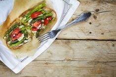 Une excellente recette méditerranéenne de bruschettas aux asperges Parmesan, Crudite, Nutrition, Bruschetta, Avocado Toast, Vegetable Pizza, Bbq, Vegetables, Breakfast
