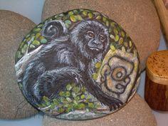 Gli animali guida dell'Oroscopo Maya Scimmia urlatrice messicana - Alouatta  Scimmia (11 gennaio - 7 febbraio) dipinto acrilico su sasso rock painting - disponibile - dimensioni indicative: diametro 12 cm circa, pezzo unico, prezzo: 38,00€ spedizione Postafree compresa.