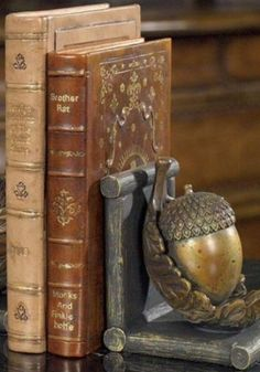 Amazing Brass Acorn bookend with antique leather-bound books / Meravigliosa ghianda in ottone come ferma libri e libri antichi con copertina in cuoio