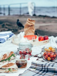 Frukost vid bryggan efter morgondoppet! HERMINE och URSULA plädar används som picknick-filtar. Dem och badhandduken KALVSJÖN bär vi ner till bryggan i vår korg.