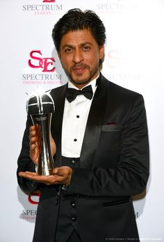 Shah Rukh Khan with his award for Outstanding Achievement in Cinema during The Asian Awards 2015 at The Grosvenor House Hotel on April 2015 in London, England. Indian Man, King Of Hearts, Bollywood Stars, Film Industry, Shahrukh Khan, Red Carpet Looks, Favorite Person, Fashion Pictures, Michael Jackson