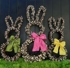 déco de Pâques avec des lapins décoratifs