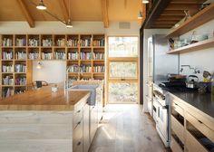 No andar superior da casa no Colorado, não há divisões entre cozinha, sala de jantar, estar e biblioteca
