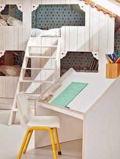 Una casita de madera dentro de la habitación