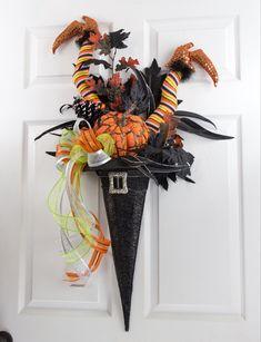 Raz Witch Hat with Legs (Decoracion Halloween Door) Moldes Halloween, Casa Halloween, Manualidades Halloween, Adornos Halloween, Halloween Deco Mesh, Halloween Witch Hat, Halloween Projects, Diy Halloween Decorations, Holidays Halloween
