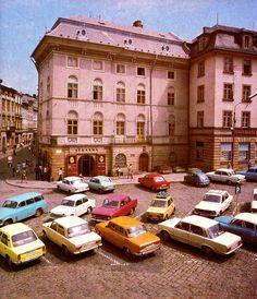 OLOMOUC Náměstí Míru v roce 1980 na fotografii Antonína Gribovského Czech Republic, Mansions, Retro, House Styles, Travel, Home Decor, Viajes, Decoration Home, Room Decor