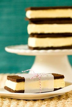 A traditional recipe for ice cream sandwiches. Frozen Desserts, Frozen Treats, Just Desserts, Delicious Desserts, Dessert Recipes, Cookbook Recipes, Gelato, Old Fashioned Ice Cream, Frozen Cookies