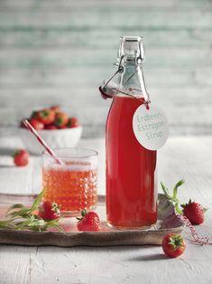 Mit dem Sirup aus Erdbeeren und einem Hauch würzigem Estragon lassen sich tolle Drinks mixen. Einfach mit Sekt oder Mineralwasser mischen – fertig.