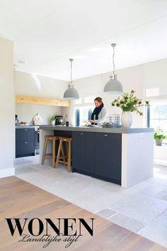 Sleek way to finish island that isn't a waterfall 🖤🖤 Spanish Kitchen, New Kitchen, Kitchen Dining, Kitchen Ideas, Kitchen Interior, Interior Design Living Room, Interior Decorating, Kitchen Essentials, Home Bedroom