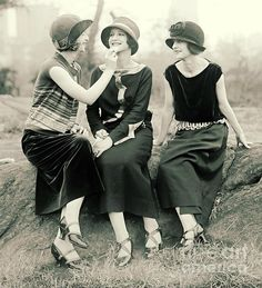 """Who are flappers? Those scandalous rebel """"bright young things"""" had their own ideas when it came to fashion, fun and flirting. History of the flapper girl. 1920s Fashion Women, Vintage Fashion, 1920s Inspired Fashion, 1920 Women, Victorian Fashion, Fashion Fashion, 1920s Outfits, Vintage Outfits, Mode Vintage"""