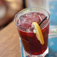 Tinto de VeranoMedio litro de vino tinto Medio litro de gaseosa Martini rojo 1 limón Hielo