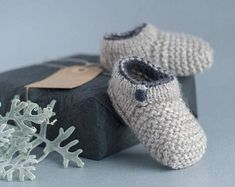 BABY SHOE PATTERN / baby house slipper / bootie pattern plus photo tutorial. Great knitted infant shoes that 'stay on' : KNITTING PATTERN to make knitted shoe for baby plus how to Baby Knitting Patterns, Baby Booties Knitting Pattern, Baby Shoes Pattern, Knit Baby Booties, Crochet Baby Shoes, Shoe Pattern, Baby Patterns, Knitted Baby Boots, Baby Shoes Tutorial