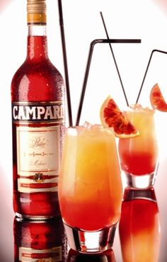 has a signature island The Campari Orange. Alcoholic Cocktails, Cocktail Drinks, Planet Colors, All About Italy, Happy Drink, Long Drink, Mixed Drinks, Great Recipes, Cocktails